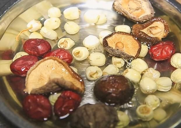 虫草花炖鸡汤,看名字就知道是大补的鸡汤