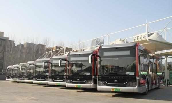 """4月1日起,郑州公交再添15台""""黑金刚""""每车增设4组母婴座椅"""