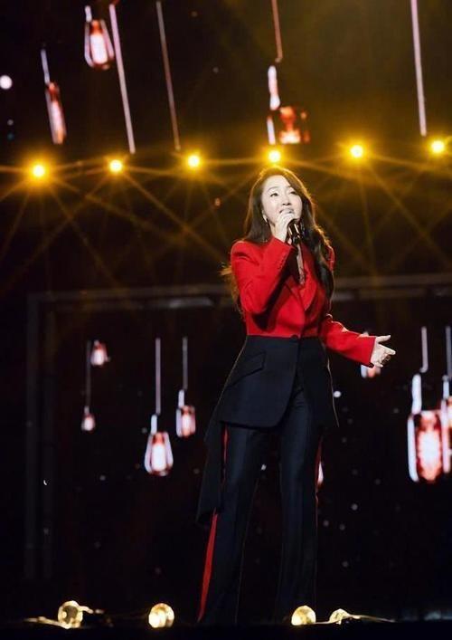 48岁杨钰莹罕见露面,一身红西装美到认不出 热点 热图2