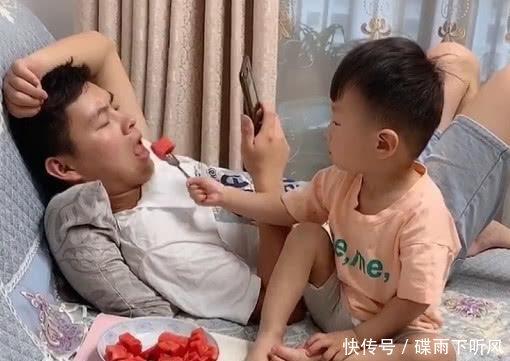 """""""超孝顺宝宝""""喂奶爸吃西瓜火了,一个真敢吃,一个真敢喂!"""