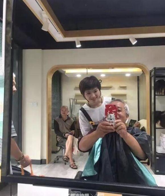 """""""给我理发的小姑娘是世界冠军!""""杭州70岁大伯晒出了一张自拍照"""