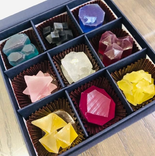 日本特色的琥珀糖,看起来如矿石般晶莹,让我想起一部动漫作品
