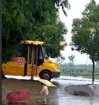 <b>3岁妹妹冒雨接哥哥放学,哥哥下车的那刻,妹妹的举动暖哭路人</b>