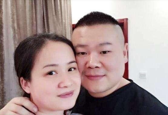 『电视剧』岳云鹏终于刮胡子了,躺沙发上看20年前电视剧,被妻子狂吐槽