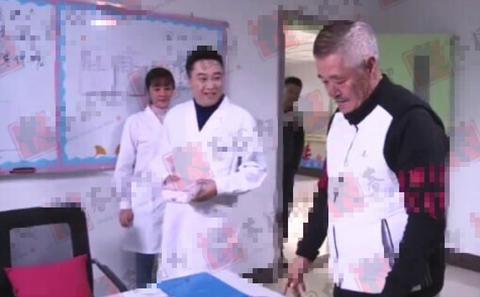 赵本山现场导戏,打扮时髦体型富态,看不出62岁