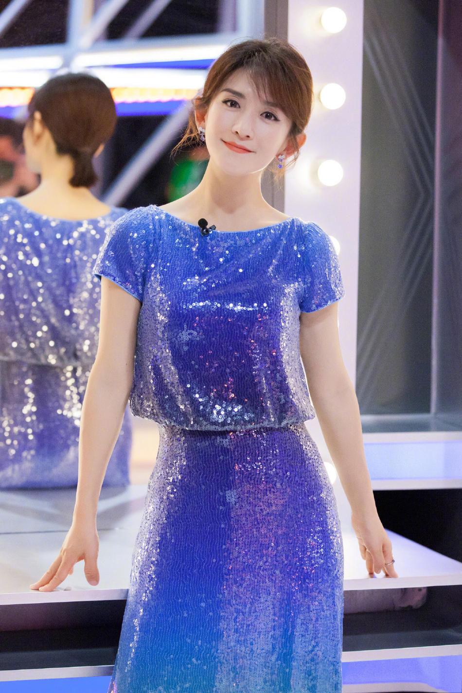 谢娜美得太真实!无滤镜的脸上没有半点皱纹,蓝色蕾丝裙更显优雅