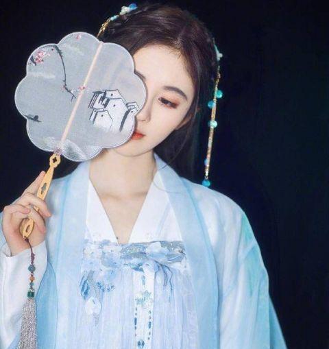 鞠婧祎又穿中国风 一袭绿色长裙真仙气插图(5)