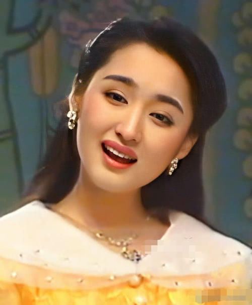 48岁杨钰莹罕见露面,一身红西装美到认不出 热点 热图3