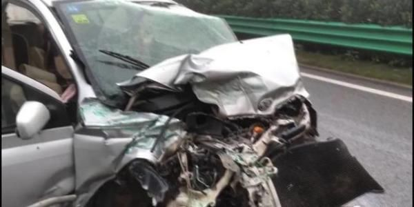 车上|小车失控撞护栏,热心路人雨中救援