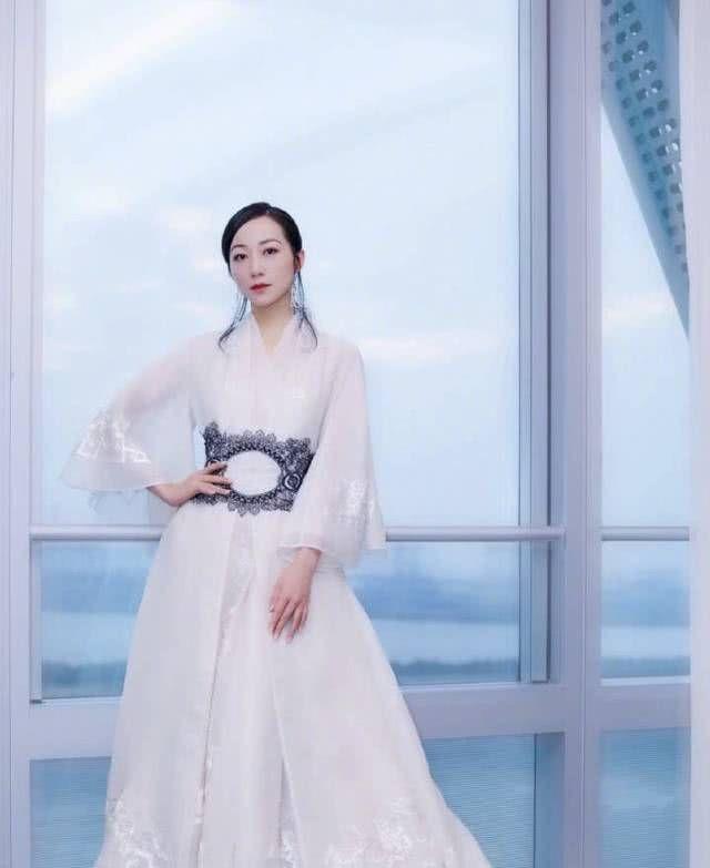 韩雪现身浙江跨年晚会,改良版汉服十分吸引眼球,仙气飘飘