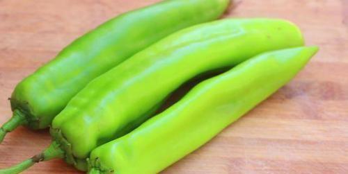 「比肉」尖椒不再炒着吃了,教你懒人新吃法,五分钟就出锅,比肉还香