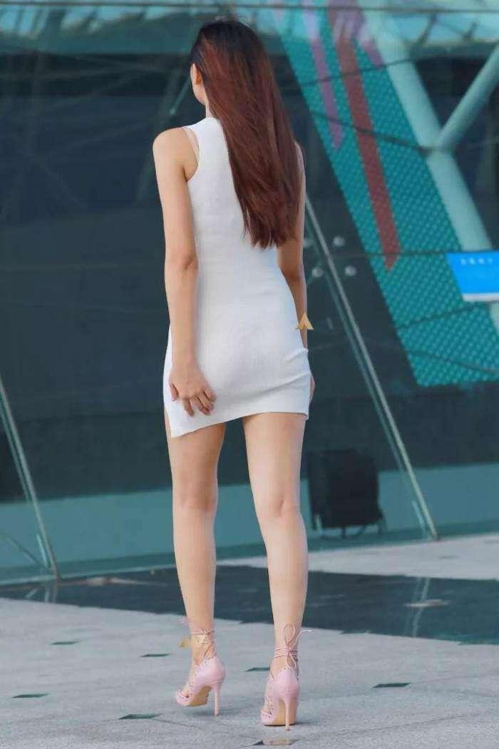 街拍: 穿短裙的小姐姐, 这么短真的不尴尬吗?