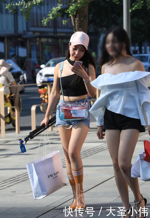 """『姐姐』美女街拍:30块钱买双雨靴,前头""""掏个洞"""",穿脚上立马升值成3000"""