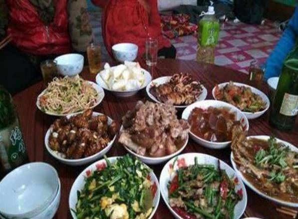 『表嫂』家庭聚会,乡亲们煮了一锅菜,15个人还没吃完,你见过吗?