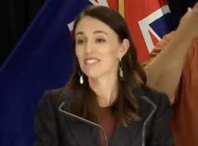 『演示』新西兰总理当众演示家乡特色挑眉礼,呼吁国民以此替代握手