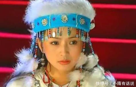 <p>那就是饰演香妃的演员刘丹在去往片场的路上,由于自己当时太困了,所以并没有系好安全带,之后发作了车祸,而且没有系好安全带的刘丹也被甩出了车外,就这样,仅仅只需25岁的刘丹就这样英年早逝了,很多喜欢刘丹的粉丝听了之后纷繁为她感到可惜,毕竟她正处于花一样的年岁,不过当时赵薇和林心如都没有列席她的葬礼,当时剧中饰演萧剑的演员还是她的男友,他听闻消息后非常难过。</p>