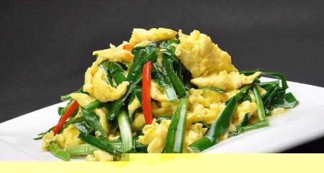 韭菜炒鸡蛋不要直接炒,炒之前多加一步,鸡蛋更鲜美,韭菜更翠绿