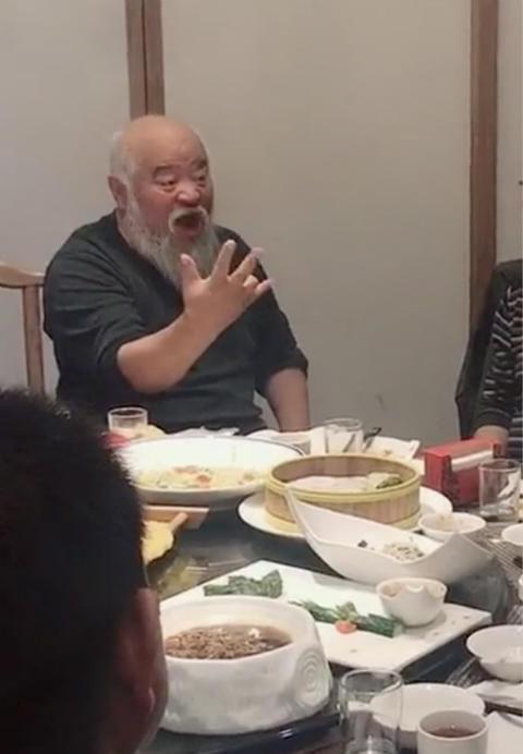 64岁李琦近照,与人斗酒精神抖擞,像武侠剧里的一代宗师