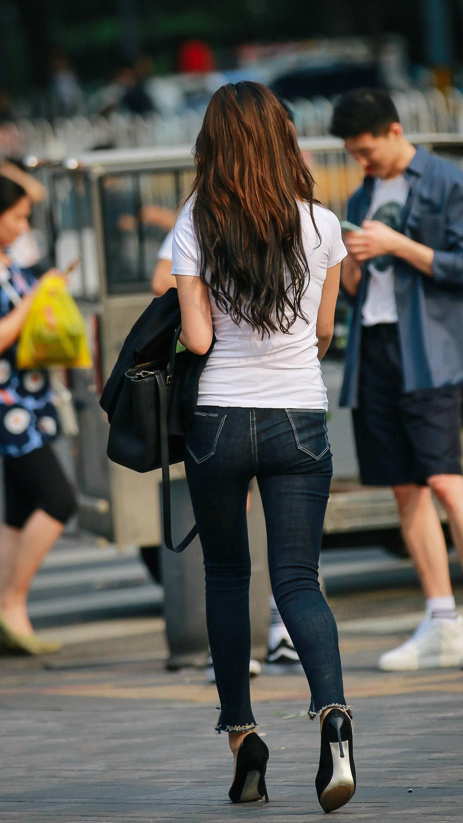 """<b>路人街拍:2位顶级美女的""""纯粹美""""时尚,穿出了清纯甜美的范儿</b>"""