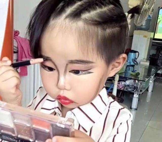 """【教育孩子】3岁的孩子帮妈妈""""洗""""了4万元化妆品,这些化妆品都浪费了。"""
