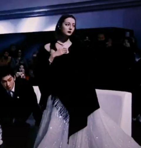 有种惊艳叫热巴脱掉披肩 当她露出礼服那一刻 网友疯狂截屏