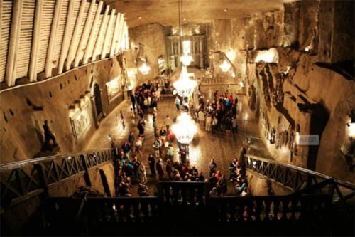 全球最神秘的小镇:藏在地下120米,住着3000多人,最怕断电停水