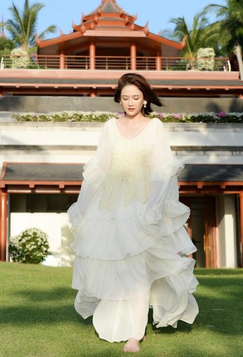 41岁陈乔恩因胖上热搜,黑色裙子暴露真实身材,谁还认得出来?