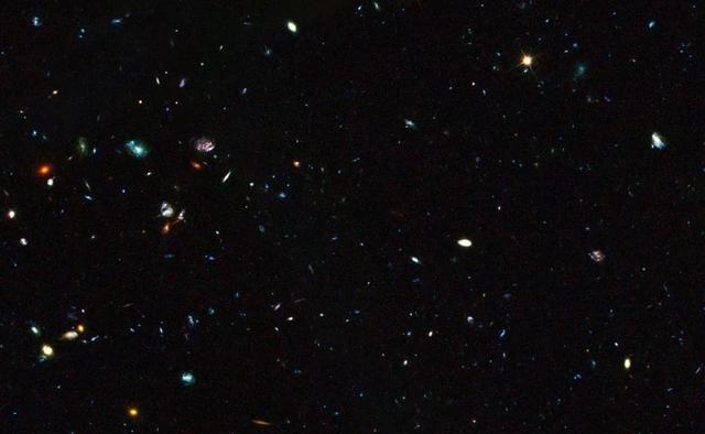 """为了寻找看不见的怪东西,科学家""""养""""了800万个婴儿宇宙"""