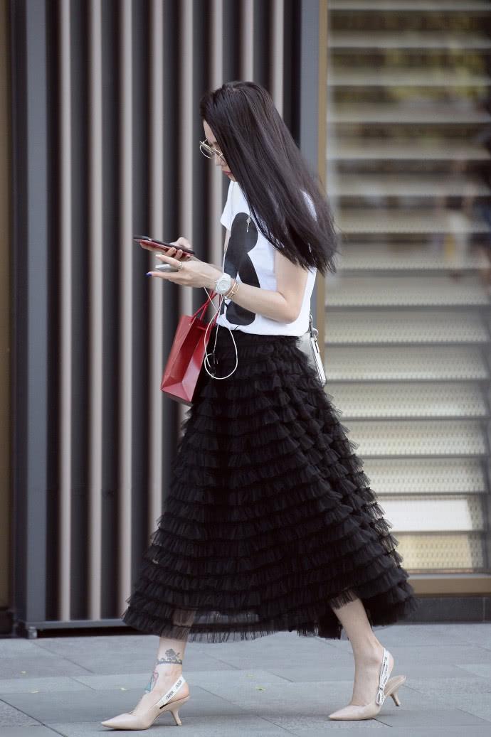 <b>路人街拍:夏日街头的黑色系穿搭,简约精致的高级感!</b>