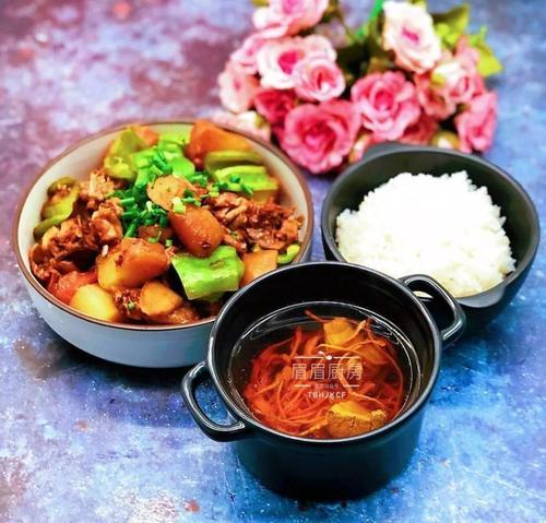 黄焖鸡米饭+排骨虫草花汤,鹅妈妈压力锅10分钟搞定!
