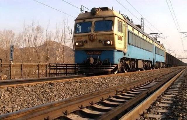 为何火车铁轨宁可使用会生锈的钢铁,也不使用不锈钢?看完就懂了