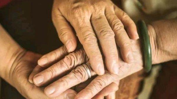 「父母」该怎样去爱你年迈的父母?做到以下3点,是对他们最大的孝