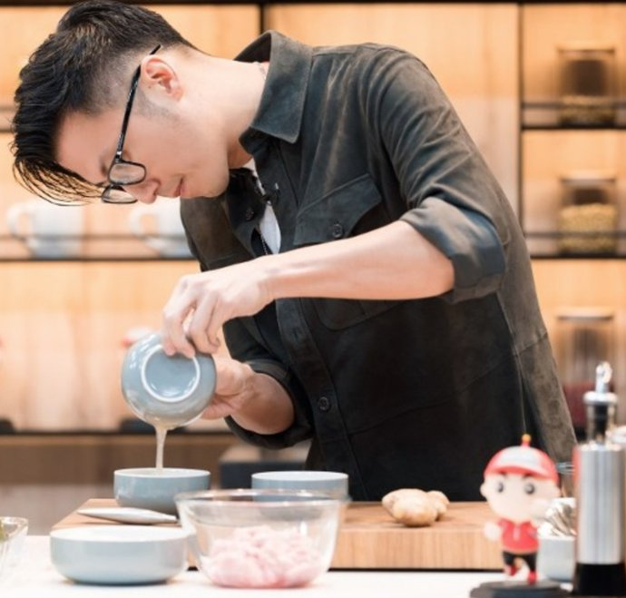 『后台』谢霆锋后台变厨房,王俊凯等开饭