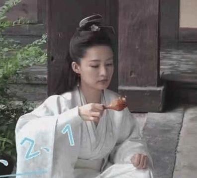 李沁吃鸡腿被赞敬业,镜头拍到她转身后的画面,网友:当我们傻?