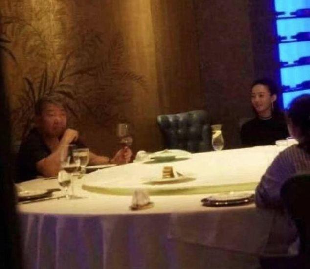 偶遇赵丽颖跟郑晓龙导演吃饭,气氛融洽,颖宝打扮颇成熟