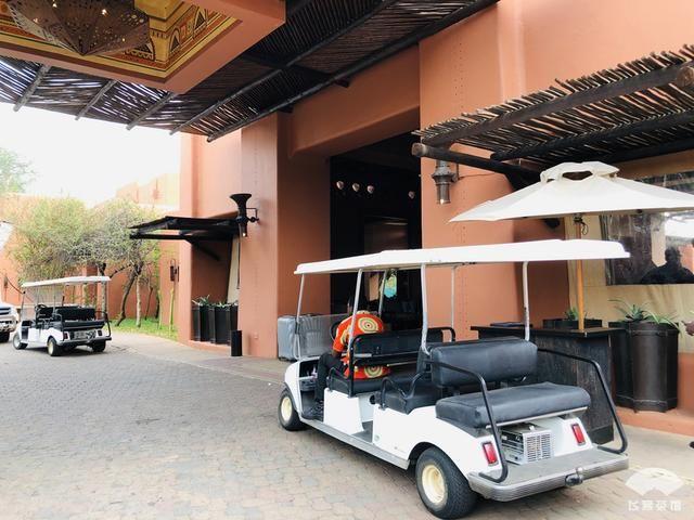 中国小伙来非洲旅游,看到当地村落,感觉自己住的酒店简直是天堂