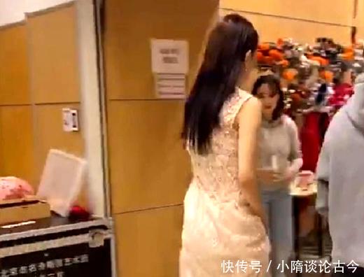 看佟丽娅春晚的鞋子,就懂身高不够鞋来凑了,普通人穿着都走不动!
