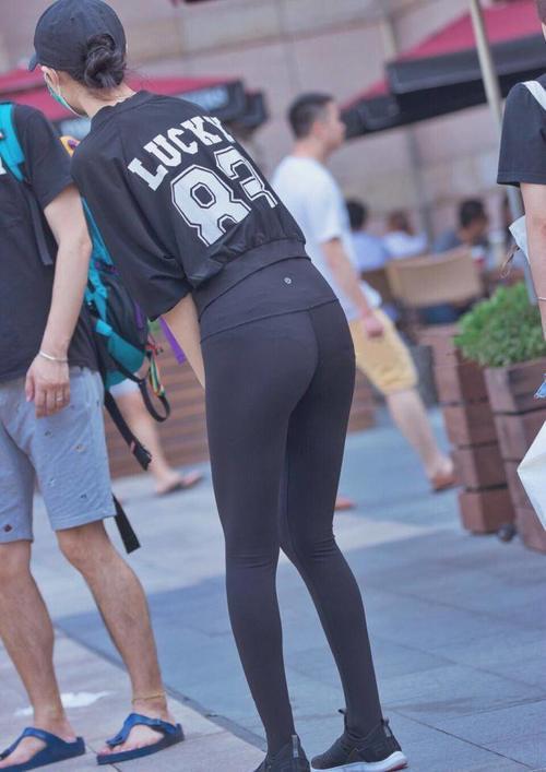 丰盈有活力的紧身打底裤小姐姐,黄金比例的身段,勾勒出迷人曲线