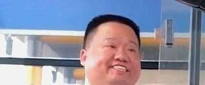 """疲惫下的""""专业"""",41岁刘涛携王珂亮相机场大厅,强攻女主没跑了"""