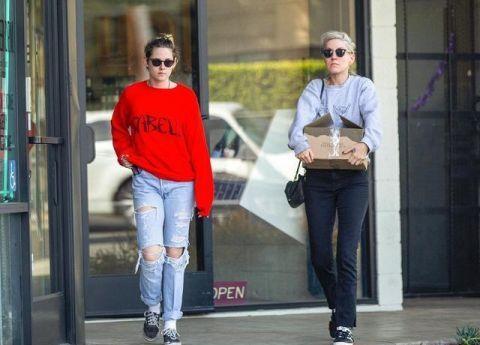 [两人一人戴墨镜]克里斯汀和女友外出购物  两人戴情侣墨镜小K贴心为女友开门