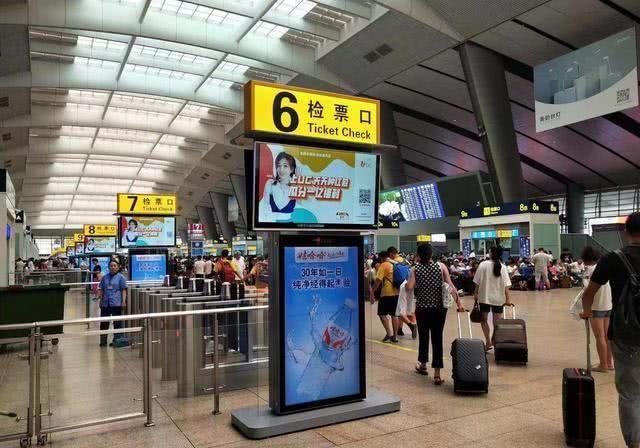 冯提莫惊现全国地铁广告位:一个超10亿曝光量的超大计划