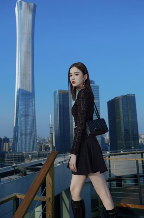 古力娜扎穿短裙凹造型 大秀蛮腰和细长美腿