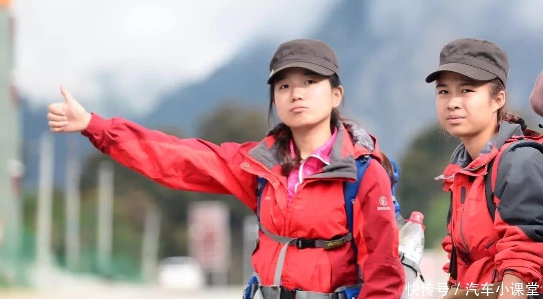 """川藏线上举着""""RB""""的女子,为何更容易搭到车?男司机:一定帮"""