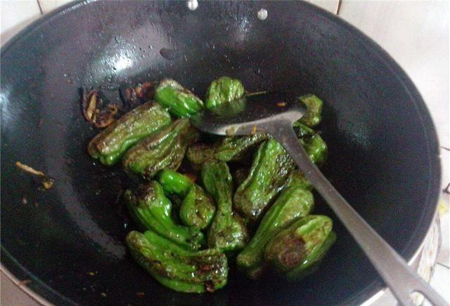 青椒这样做,不辣又好吃,孩子特喜欢,上桌抢着吃