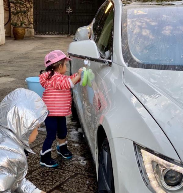 霍启刚铁腕养娃!一双儿女靠洗车赚零花,巨富之后却要穷养孩子?