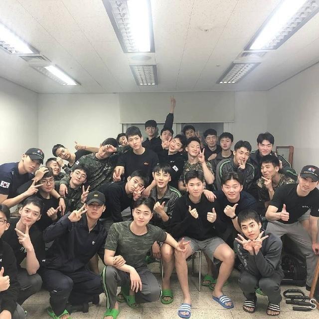 [EXO]「EXO」「新闻」200122 还像是高中生一样,服个兵役越发幼