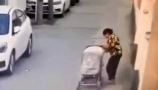 把孩子交给|11月大宝宝婴儿车掉落,遭轿车碾压没人发觉,网友:老人不该带娃