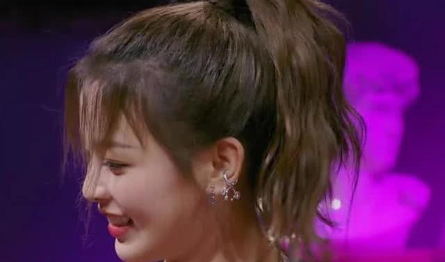 火箭少女上综艺,杨超越不经意间秀侧脸,请定格这份美好!