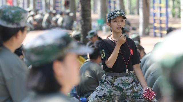 """""""女神""""教官竟然是学姐? 郑州大学这届新生也太幸福了吧"""