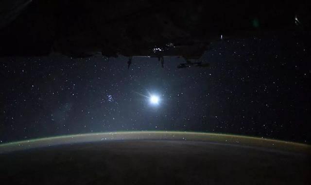 """「气辉」415公里太空出现""""气辉"""",地球外层大气染成绿色,场景无法形容"""